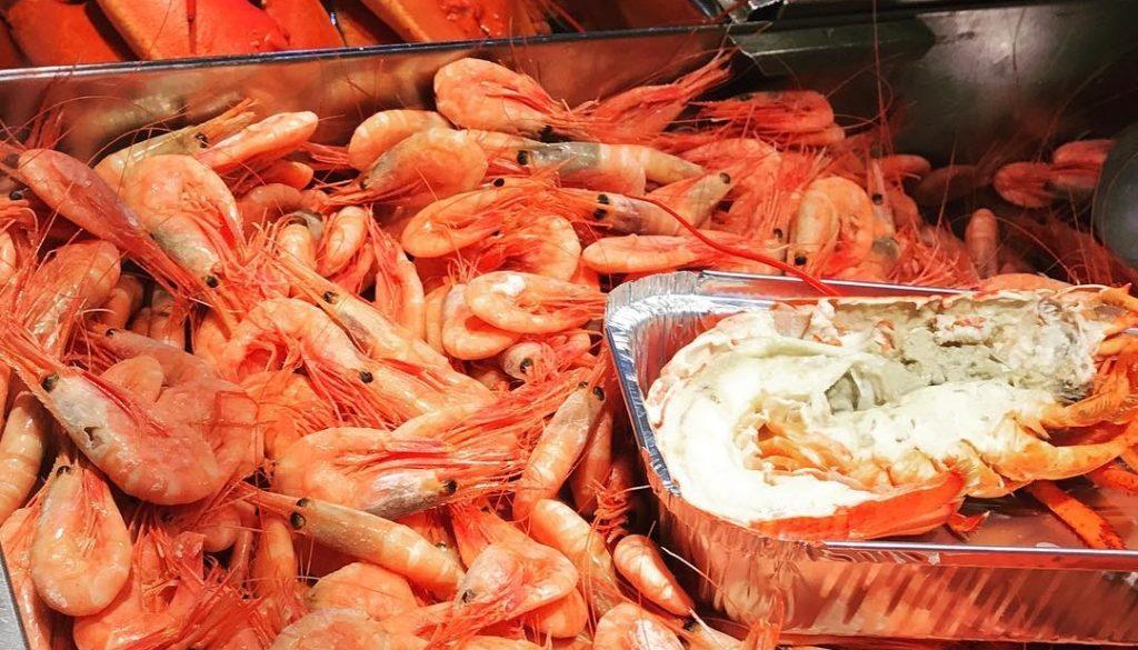 """Skaldjur på fredag! VivBon betyder """"Det goda livet"""" för hela familjen.Seafood on Friday! VivBon means """"The good life"""" for the whole family. @ostermalmshallen"""