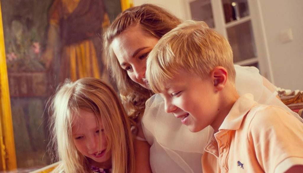 Vivbon Nannies Heltid/Deltid/Enstaka tillfällen(English text bellow)Låt en VivBon Nanny ta hand om dina barn vid de tillfällen du behöver en hjälpande hand. Nannyn kan hjälpa till att hämta/lämna från förskolan/skolan, laga mat, planera och köra dina barn till aktiviteter m.m.Nannyns huvuduppgift är ta hand om barnet på ett förstklassigt sätt som är hälsosamt, tryggt och säkert. Vi lägger stor vikt på att para ihop din familj med rätt Nanny utifrån de önskemål, den livsstil och de värderingar ni lever efter.Våra Nannies är välutbildade, erfarna och har den spetskompetens som krävs med barn oavsett ålder. De är diplomerade i första hjälpen samt hjärt- och lungräddning för barn. Vi ser fram emot att höra mer om din familj och berättar gärna mer hur våra Nannies kan skapa värde för dina barn och er familj.Läs mer: https://vivbon.se/vivbon-nannies-heltiddeltidenstaka-tillfallen/Let a VivBon Nanny take care of your children when you need help. Our Nannies can help you leave / pick up from preschool / school, cooking, plan and drive your children to activities, etc.Read more: https://vivbon.se/vivbon-nannies-heltiddeltidenstaka-tillfallen/