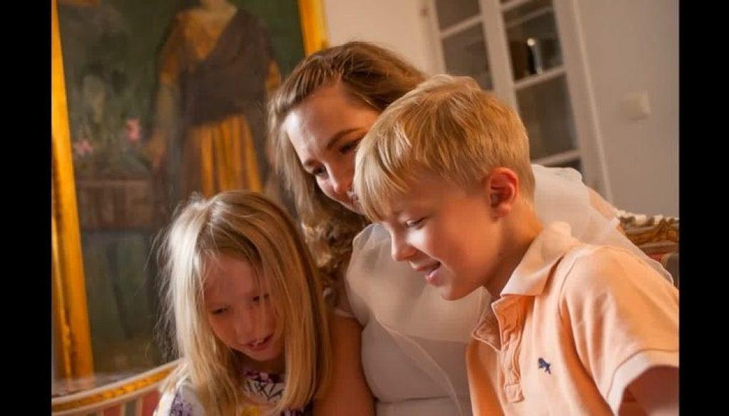 VivBon Nannies - Förstklassig Premium Nanny Service i StockholmVivbon Nannies Heltid/Deltid/Enstaka tillfällenLåt en VivBon Nanny ta hand om dina barn vid de tillfällen du behöver en hjälpande hand. Nannyn kan hjälpa till att hämta/lämna från förskolan/skolan, laga mat, planera och köra dina barn till aktiviteter m.m. Nannyns huvuduppgift är ta hand om barnet på ett förstklassigt sätt som är hälsosamt, tryggt och säkert.Vi lägger stor vikt på att para ihop din familj med rätt Nanny utifrån de önskemål, den livsstil och de värderingar ni lever efter. Våra Nannies är välutbildade, erfarna och har den spetskompetens som krävs med barn oavsett ålder. De är diplomerade i första hjälpen samt hjärt- och lungräddning för barn. Vi ser fram emot att höra mer om din familj och berättar gärna mer hur våra Nannies kan skapa värde för dina barn och er familj.Läs mer: https://vivbon.se/nannies/